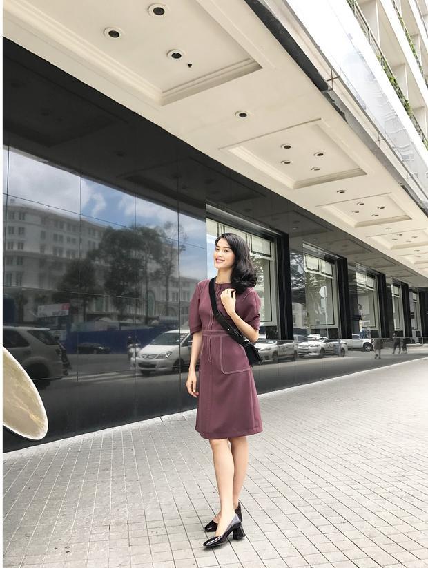 Tông màu trầm của bộ váy mang hơi hướng công sở dù có vẻ khá dừ nhưng khi được Hạ Vi khoác lên mình lại có vẻ thanh lịch và duyên dáng hơn. Cô nàng cũng không quên chọn phụ kiện sắc đen đi kèm mang lại một tổng thể hút mắt.