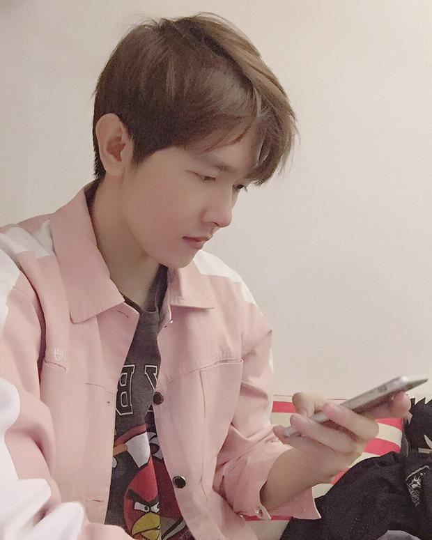 Hệt như nam tài tử Hàn Quốc với gương mặt baby boy chính là Thái Việt Thường. Chắc vì vậy mà cậu trai rất yêu động vật, ghét lừa dối và sự chia ly.