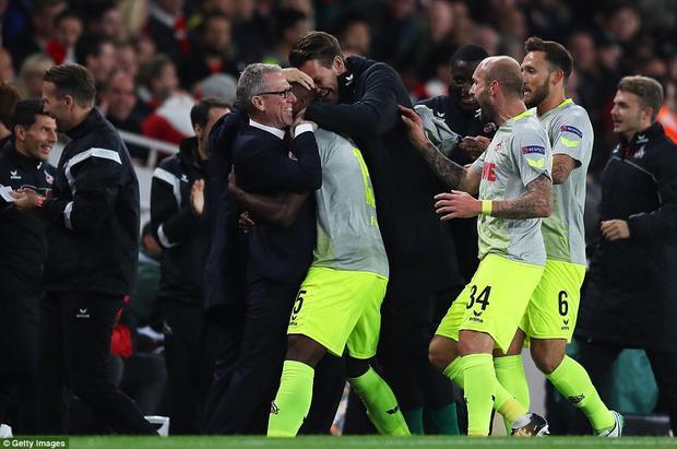 Thoáng thấy Ospina rời xa khung thành, cầu thủ mang áo số 15 đã nhanh chân tung cú sút xa làm câm lặng cả sân Emirates.