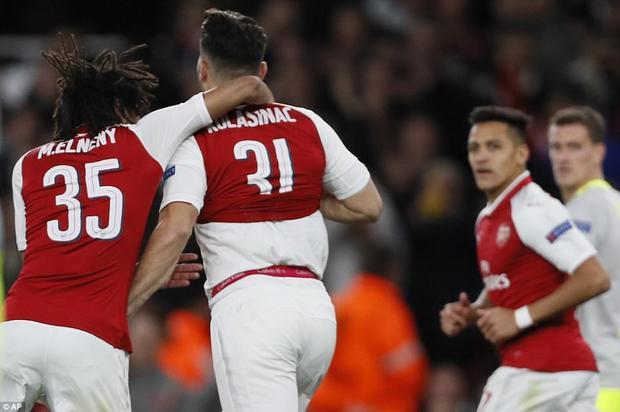 Niềm vui của các cầu thủ Arsenal sau khi có bàn quân bình tỷ số.