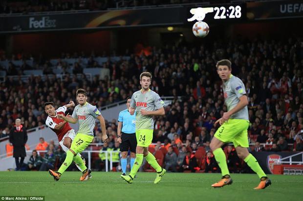 Đến phút 67, Alexis Sanchez sắm vai người hùng khi tự mình thực hiện cú solo rồi cứa lòng đưa bóng vào góc xa khung thành Timo Horn.