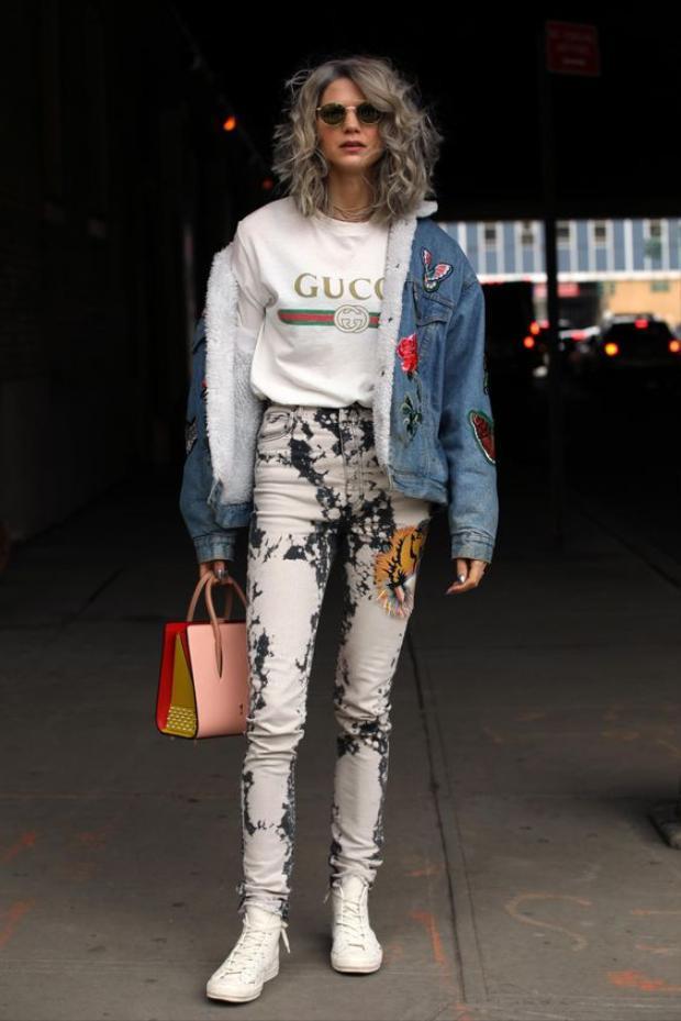 Quý bà chọn áo thun Gucci mix cùng với quần jean wax kèm theo iteam túi xách.