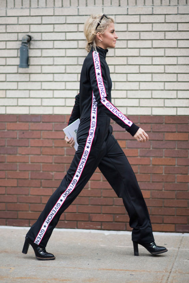 Nổi bật với set đồ Givenchy mang gam màu đen bắt mắt. Dễ diện, năng động lại tuyệt đối hút mắt, không ngạc nhiên khi đồ thể thao nguyên set luôn được lòng các tín đồ thời trang.