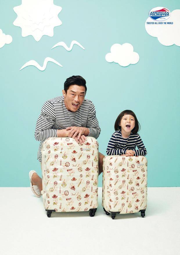 Hình ảnh 2 bố con Sarang tinh nghịch chụp quảng cáo.