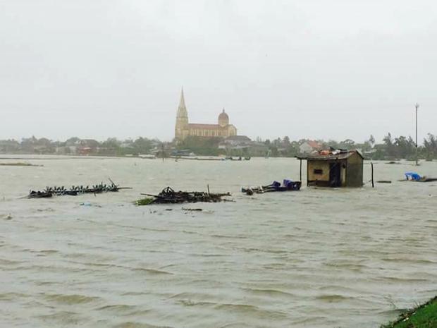 Các hồ nuôi tôm của bà con giáo xứ Quèn Đông, xã Cẩm Lộc, huyện Cẩm Xuyên, Hà Tĩnh nước đã tràn băng, mất trắng.