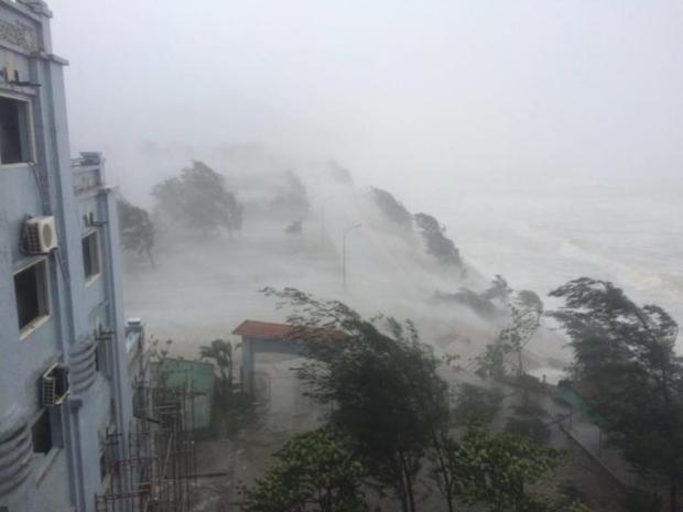 Bão số 10 đổ bộ tại huyện Cẩm Xuyên - Hà Tĩnh.