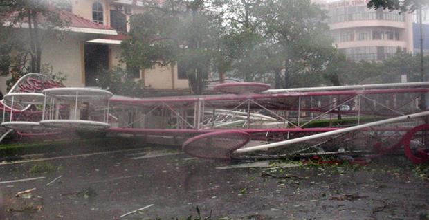 Cổng chào Đồng Hới đổ sập.