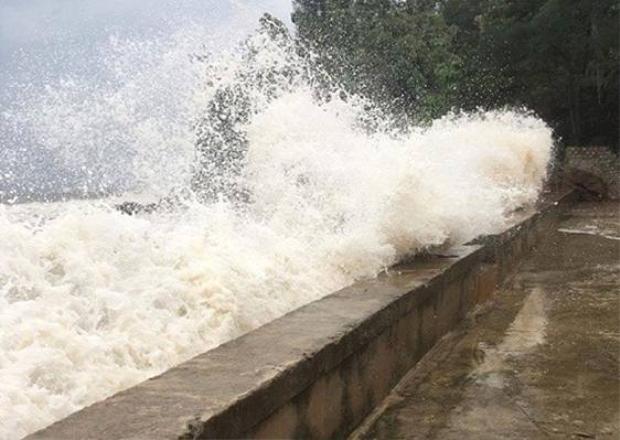 Những đợt sóng mạnh tràn qua đê Quỳnh Long, huyện Quỳnh Lưu.