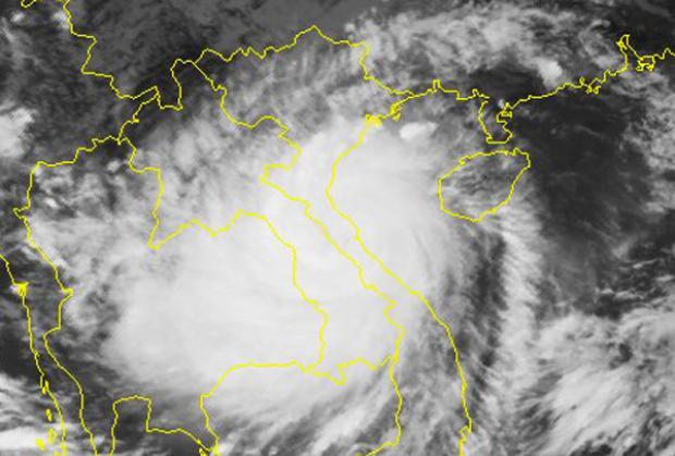Ảnh chụp mây vệ tinh lúc 12h30 cho thấy cơn bão đã đi vào trong đất liền. Vùng mây bão phủ rộng khắp.