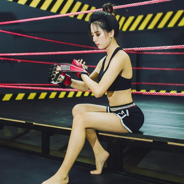 Những ngày qua, cộng đồng mạng chia sẻ rộng rãi những bức ảnh về một cô nàng dáng chuẩn và khuôn mặt như thiên thần đang luyện tập võ thuật tại một phòng gym-boxing ở Hà Nội.