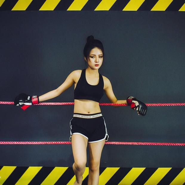 Qua tìm hiểu, người đẹp này là Nguyễn Phương Thảo (19 tuổi) đang là học viên Trung tâm Huấn luyện Hàng không, chuyên ngành An ninh soi chiếu tại thủ đô. Có vẻ ngoài xinh đẹp như diễn viên, ít ai biết cô nàng 9x này theo đuổi ước mơ trở thành một người lính cứu hỏa xả thân vì mọi người như anh trai mình.
