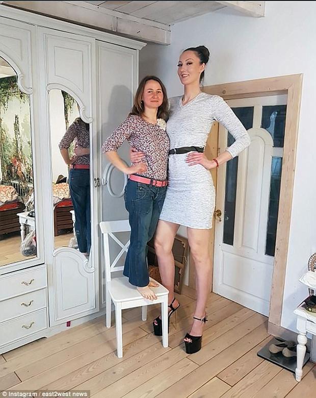 Cô người mẫu Nga cao 2,06m sở hữu đôi chân dài nhất thế giới