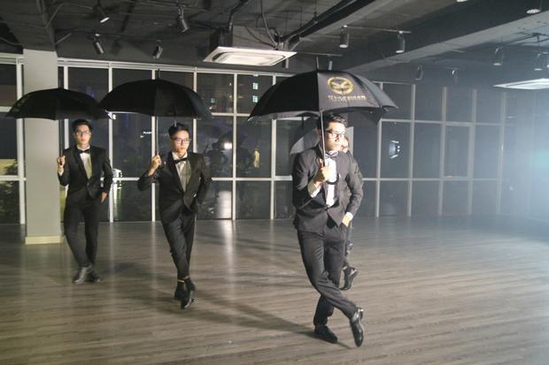 Quang Đăng hớp hồn fan bằng vũ đạo trong hình tượng điệp viên Kingsman