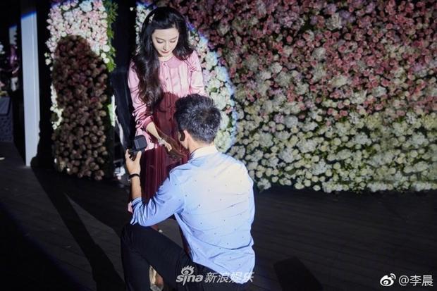 Nhưng càng đặc biệt hơn khi Lý Thần quỳ xuống cầu hôn Phạm Băng Băng ngay trong buổi tiệc.