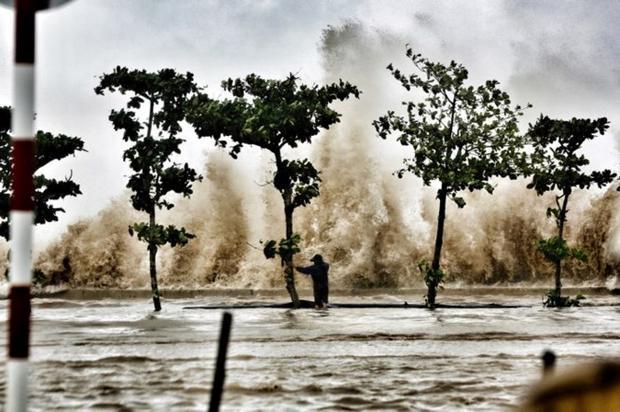 Bãi biển Sầm Sơn phải hứng chịu nhiều cơn sóng lớn, có cột sóng cao đến 8m đánh vào bờ.