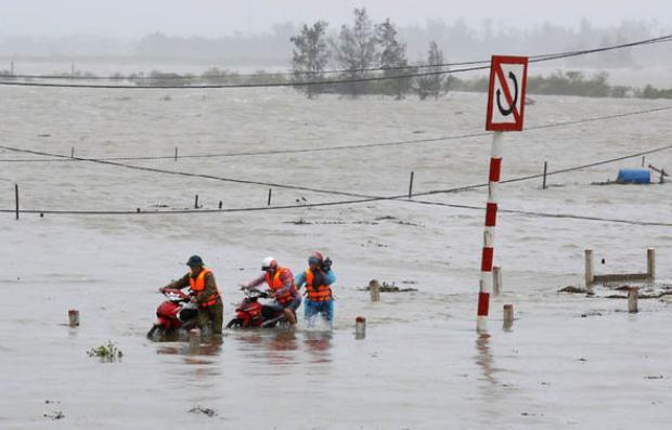Oằn mình vượt lũ tại tâm bão Hà Tĩnh.