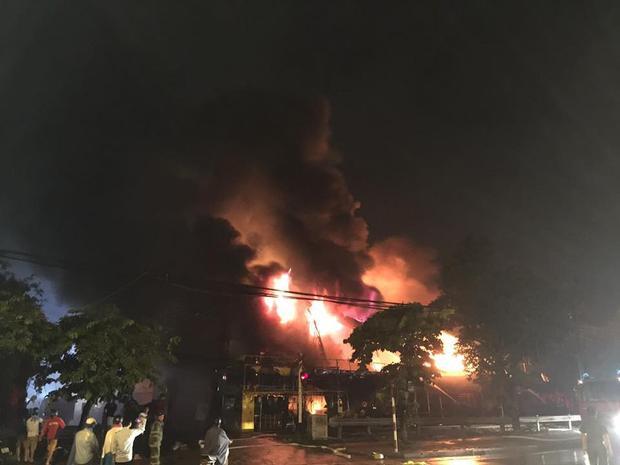 Hà Nội: Cháy lớn thiêu trụi siêu thị trong đêm mưa bão
