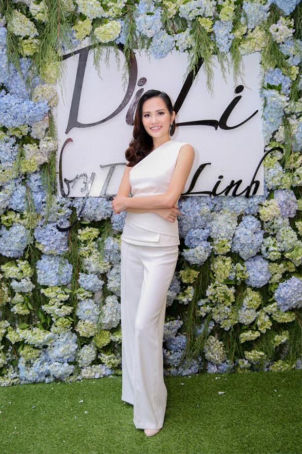 Không chỉ xinh đẹp Diệu Linh còn là một cô gái rất tài năng khi sở hữu thương hiệu thời trang với những thiết kế của riêng mình.