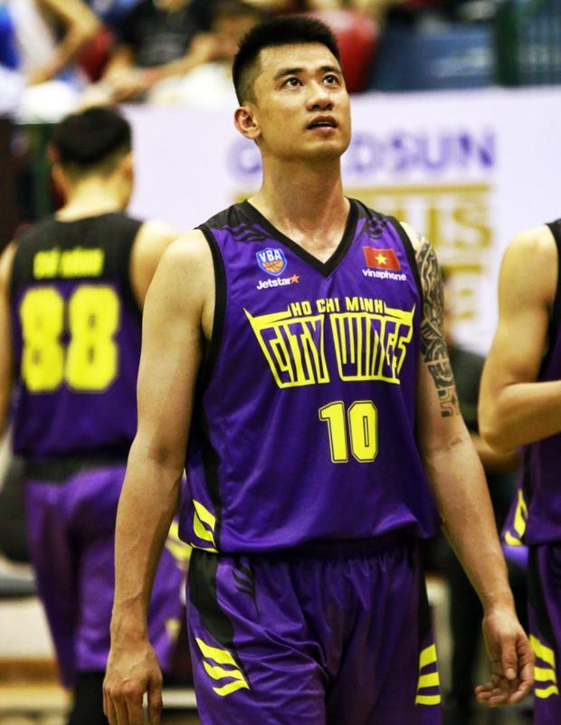 """Chong Paul, 36 tuổi, là một trong những """"tượng đài"""" của bóng rổ Việt Nam. Anh từng là trụ cột của tuyển bóng rổ Việt Nam cũng như đội tuyển bóng rổ TP. Hồ Chí Minh."""