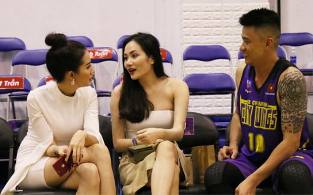 Người hâm mộ đến Nhà thi đấu Hồ Xuân Hương mùa giải năm nay không chỉ để xem huyền thoại bóng rổ Việt Nam thi đấu, mà còn để ngắm nhan sắc xinh như mộng của bạn gái anh.