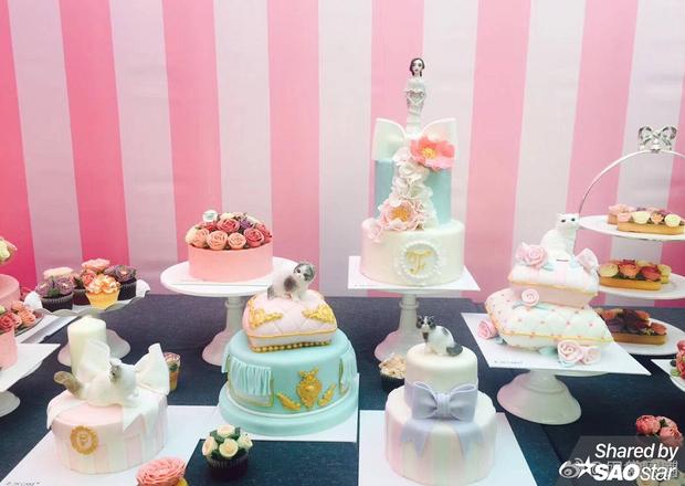 Ngoài ra còn có bánh kem hoa hồng, các loại cupcake và đồ ngọt khác.