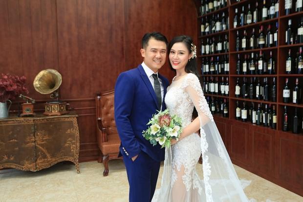 Vân Quang Long lần đầu để lộ mặt bà xã kém 10 tuổi sau khi chia tay vợ cũ