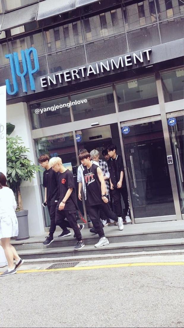 Các thực tập sinh bị bắt gặp bên ngoài tòa nhà JYP.