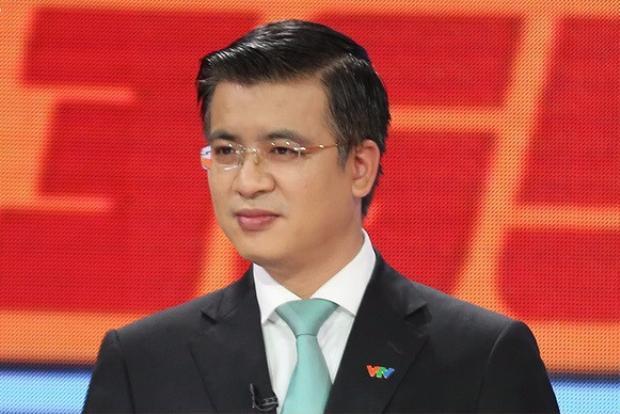 """BTV Quang Minh là gương mặt nam """"hiếm hoi"""" dẫn bản tin thời sự 19 giờ."""