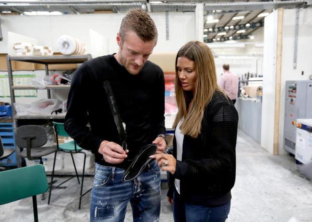 Trước khi thành danh với 'bầy cáo', Vardy từng có quãng thời gian khó khăn khi phải làm công nhân trong một nhà máy sản xuất chân giả. Hôm 13/9, anh và vợ, Becky, đã có chuyến thăm đầy kỉ niệm đến nhà máy này.