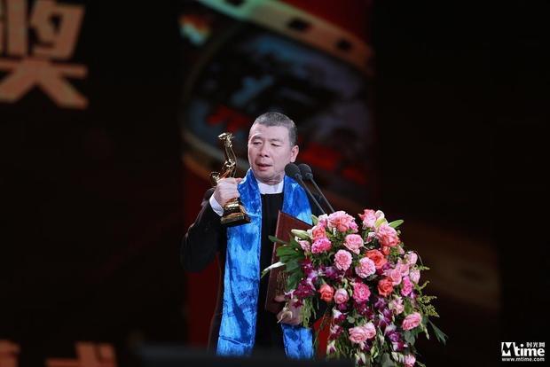 Đạo diễn Phùng Tiểu Cương nhận giải Đạo diễn xuất sắc nhất cho phim Tôi không phải Phan Kim Liên (I Am Not Madame Bovary).