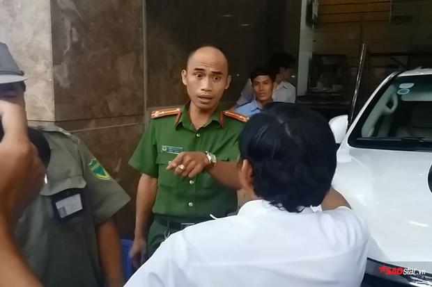 Thượng úy Trần Thanh Long giải thích với tài xế của xe.