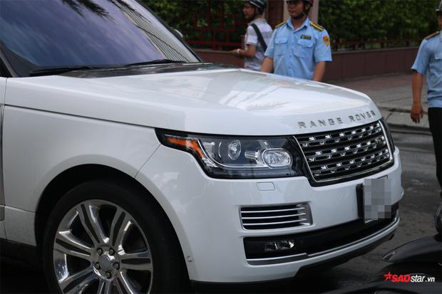 Một chiếc xe Range Rover vi phạm bị xử lý.