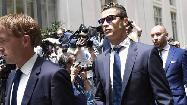 Ronaldo viện lý do học dốt để cãi trắng tội trốn thuế