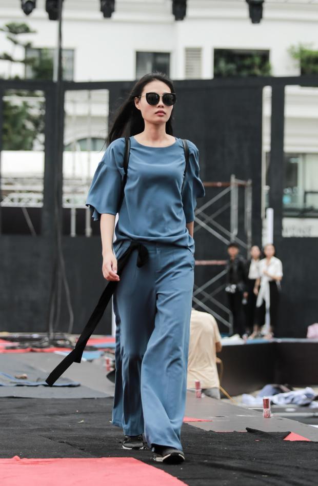 Mâu Thủy diện đồ sang chảnh catwalk xuyên mưa trước khi tham gia cuộc chiến thời trang cùng Phạm Hương, Minh Tú