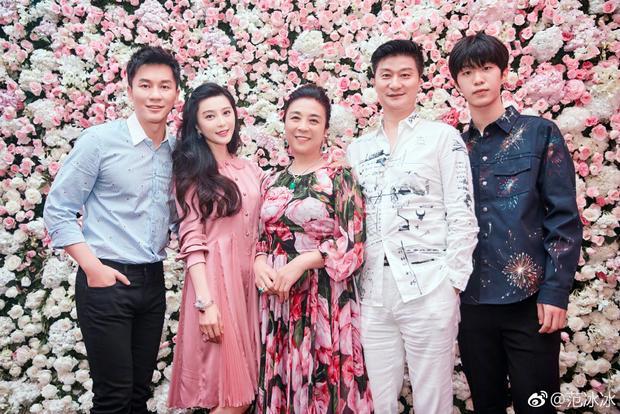 """Chàng rể Lý Thần chụp hình cùng gia đình """"nửa kia"""" của mình."""