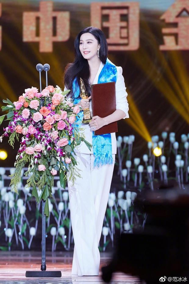 Kể từ sau màn cầu hôn của Lý Thần, nhiều người đã phát hiện biểu tượng tình yêu này lấp lánh trên tay cô - đặc biệt là tại lễ trao giải Kim Kê.