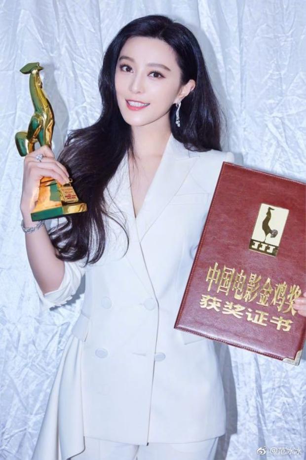 Bên cạnh loạt ảnh ngập tràn sắc hồng hạnh phúc bên Lý Thần, Phạm Băng Băng còn đăng tải khoảnh khắc cô vui mừng bên tượng vàng Kim Kê.