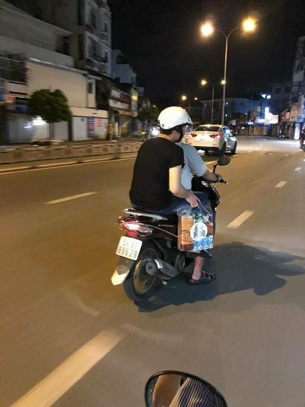 Hình ảnh Noo Phước Thịnh đi dép, giản dị ngồi trên chiếc xe máy chạy vòng quanh Sài Gòn tìm đến những mảnh đời khó khăn càng làm cho chuyến đi này thật sự ý nghĩa.