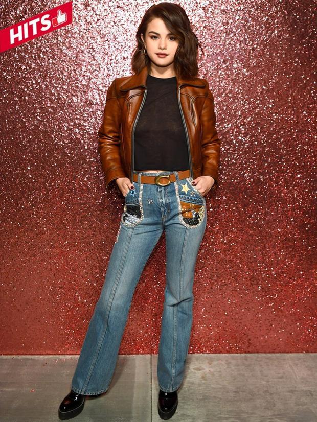 Xuất hiện tại buổi diễn của Couch tại NYFW 2018, cô nàng đại sứ Selena Gomez chẳng cần diện váy đầm lộng lẫy vẫn có thể làm chủ mọi ánh mọi ống kính. Chọn cho mình phong cách khỏe khoắn, chất ngầu với một chút cổ điển từ khoác da và jeans ống suông cùng makeup look sắc sảo là đủ để chị nhà lọt vào bảng phong thần Hits&Misses tuần này.