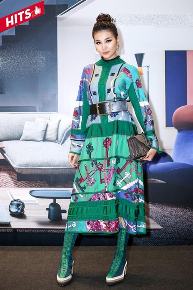 """Đẳng cấp và sở hữu kiến thức thời trang vô cùng uyên thâm, Thanh Hằng chẳng ngần ngại mà thách thức các màu sắc rối mắt tạo thành một tổng thể hòa hợp để làm cho mình thêm phần nổi bật. Cây đồ cũng được đánh giá cao bởi độ """"dát vàng"""" bằng hàng hiệu từ váy lụa Gucci đến túi Bottega Veneta."""