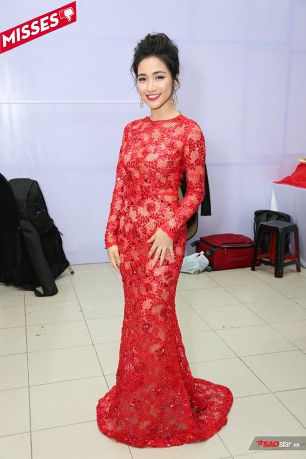 """Với chiều cao hạn chế như Hòa Minzy thì chiếc đầm đỏ này rõ là đã """"phản chủ"""" khá nhiều. Có lẽ nhiều người sẽ thắc mắc chẳng hiểu liệu cô nàng có đang chuẩn bị đi diễn ở Hội hoa xuân đầu năm hay không mà lại diện đồ sến thế kia…"""