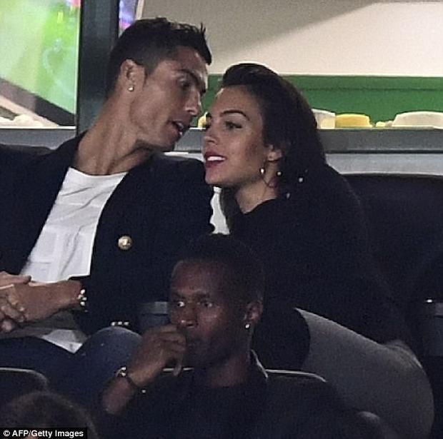 Ronaldo và bạn gái cùng nhau xem trọn vẹn 90 phút rồi mới ra về.Cuối tuần này, Real Madrid sẽ có chuyến làm khách đầy giông bão tới sân Anoeta của Sociedad mà không có sự phục vụ của Ronaldo. Được biết, CR7 vẫn đang phải thực hiện nốt án treo giò do lỗi đẩy trọng tài ở trận tranh Siêu cúp TBN.