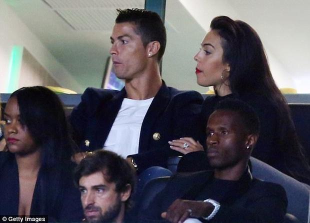 Dù chỉ chơi cho đội 1 Sporting trong 1 thời gian ngắn nhưng trong trái tim Ronaldo, CLB này luôn có chỗ đứng nhất định. Chính vì thế khi trở lại đội bóng cũ, anh nhận được sự chào đón rất nồng nhiệt. Không chỉ được CLB giới thiệu tên mà các CĐV Sporting cũng liên tục hô vang tên Ronaldo suốt cả trận.