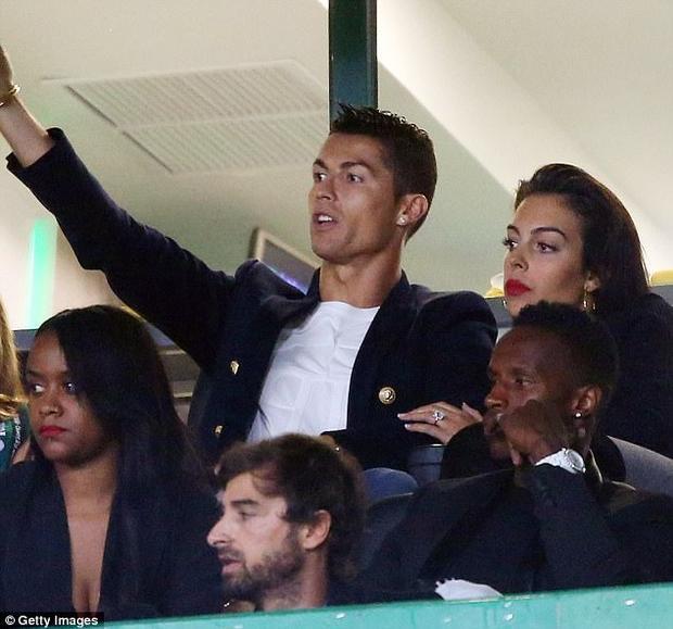 Tối thứ 7, Ronaldo hòa lẫn cùng 5 vạn CĐV trên sân Estadio Jose Alvalade để cổ vũ cho CLB Sporting Lisbon, nơi anh rèn luyện khi còn là một cầu thủ trẻ. Đi cùng anh còn có cô bạn gái xinh đẹp Georgina Rodriguez.