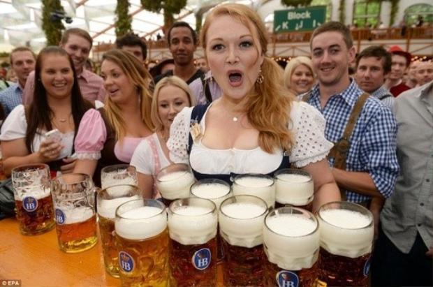 Cô gái trong trang phục xứ Barivia có thể bê một lúc 10 cốc bia.
