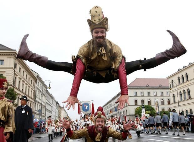 Các nghệ sĩ nhào lộn góp vui tại lễ hội.