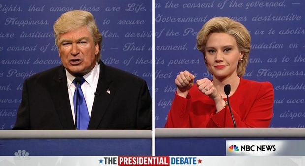 Hai nghệ sĩ hài Alec Baldwin trong vai Donald Trump và Kate McKinnon trong vai Hillary Clinton.