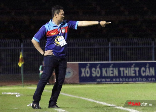 HLV Quốc Tuấn bày tỏ sự không hài lòng về trận thua trước Long An. Ảnh: Bá Hổ