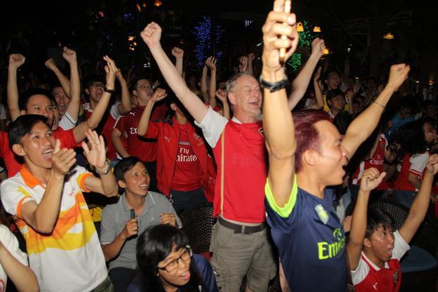 Các fan Arsenal ăn mừng cuồng nhiệt.