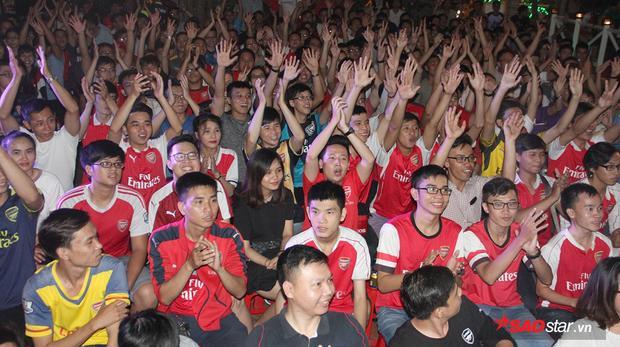 Tối ngày 17/9,khoảng hơn 500 người hâm mộ Arsenal tại TP.HCM đã tập trung offline cổ vũ cho thầy trò HLV Wenger trong chuyến làm khách được dự báo nhiều khó khăn trước đại kình địch Chelsea.